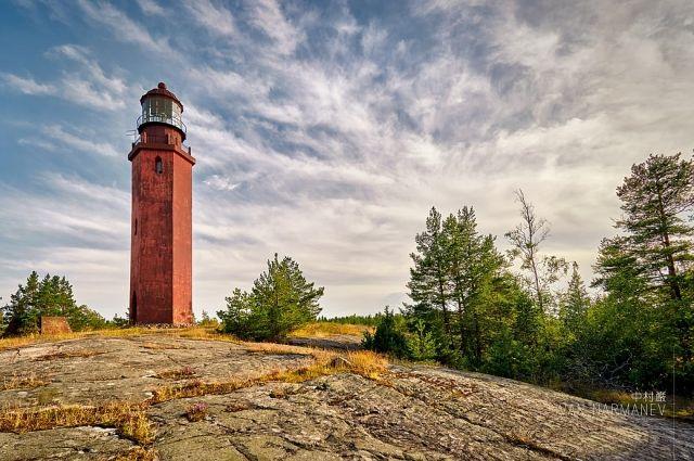 На Большом Тютерсе располагается маяк, представляющий собою шестиугольную в основании, кирпичную башню высотою в 21 м.