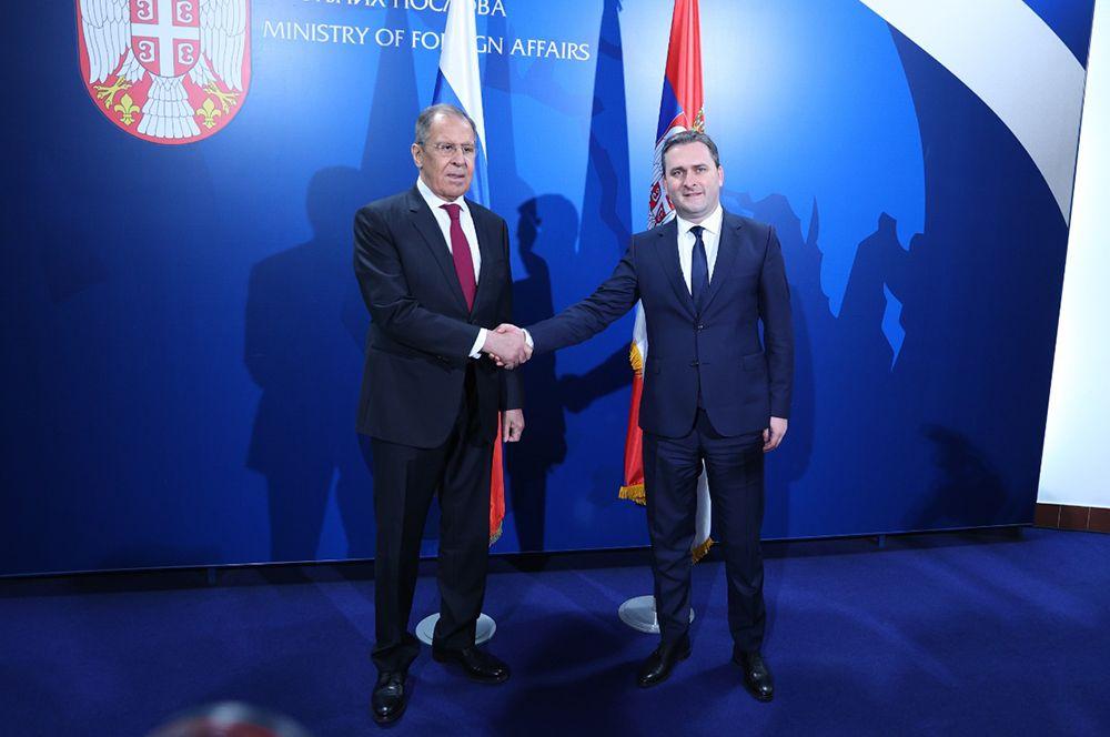 Министр иностранных дел РФ Сергей Лавров и министр иностранных дел Сербии Никола Селакович (справа) во время встречи в Белграде.