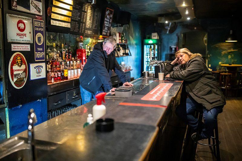 Владельцы пустующего паба в Берлине, Германия.