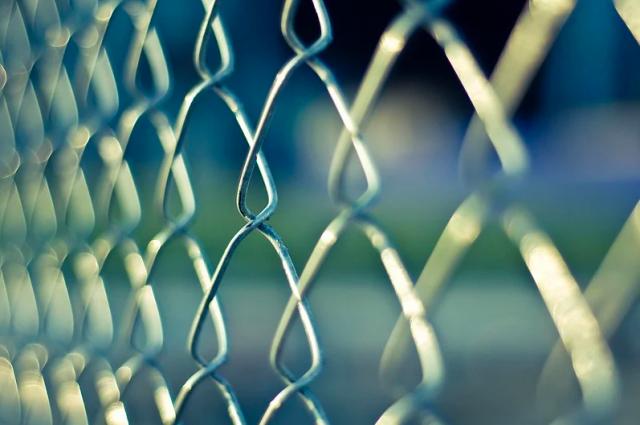 Сотрудника СИЗО №1 в Новосибирске обвиняют в продаже наркотиков заключенным.