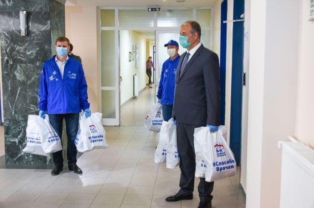 Партийцы городского отделения Ханты-Мансийска доставили подушки и одеяла для пациентов «красной зоны»