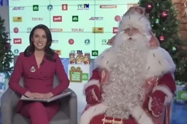В этом году несмотря на пандемию Всероссийский Дед Мороз продолжает дарить подарки детям.