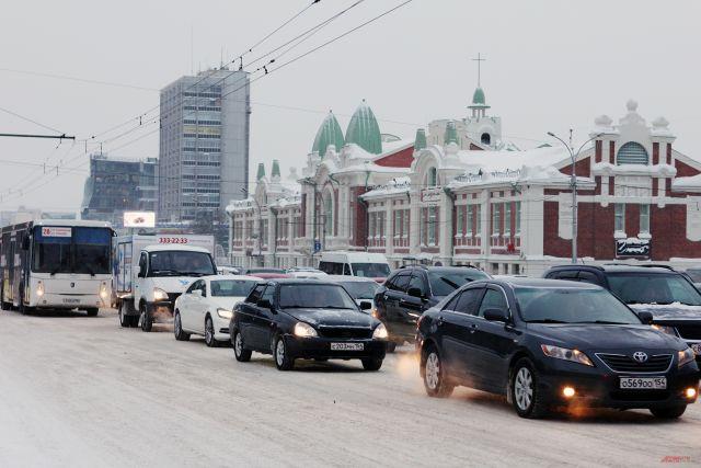 В Новосибирске могут ввести ограничения на движение автомобилей во время режима «черного неба» — накопления в атмосфере большого количества вредных примесей.