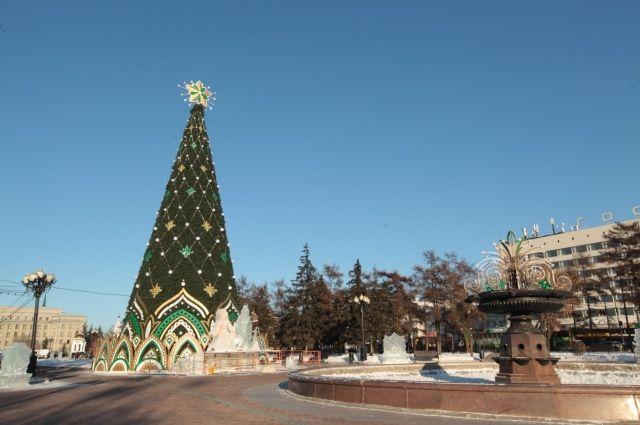 В отличие от столичной (в Москве нынче установили настоящую 25-метровую ель), наша красавица - полностью искусственная.