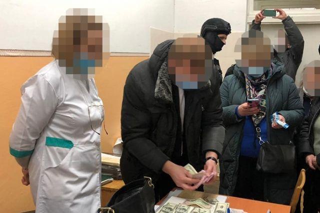 В Киеве врач вымогала у военного взятку за назначение группы инвалидности.