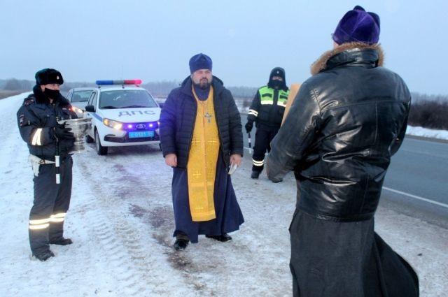 Священнослужители с иконой Николая Чудотворца освятили самые аварийно-опасные участки на трассе