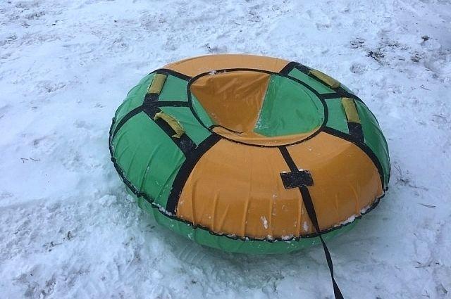 Мальчик катился с горы и упал с обрыва на замёрзшую реку.