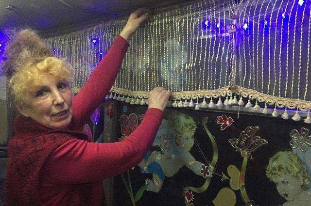 Валентина Михайловна старается создать в своём троллейбусе праздничное настроение
