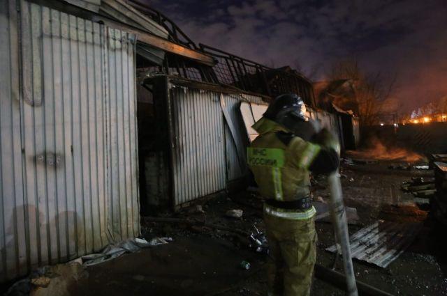 Большой площади возгорания способствовало наличие горючих материалов.