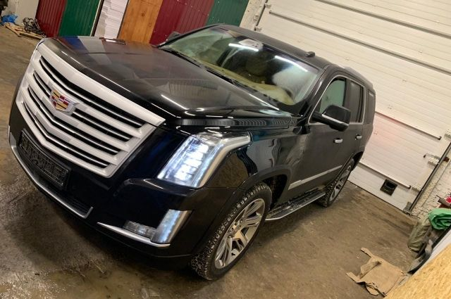 Семья уехала на автомобиле  Cadillac Escalade черного цвета