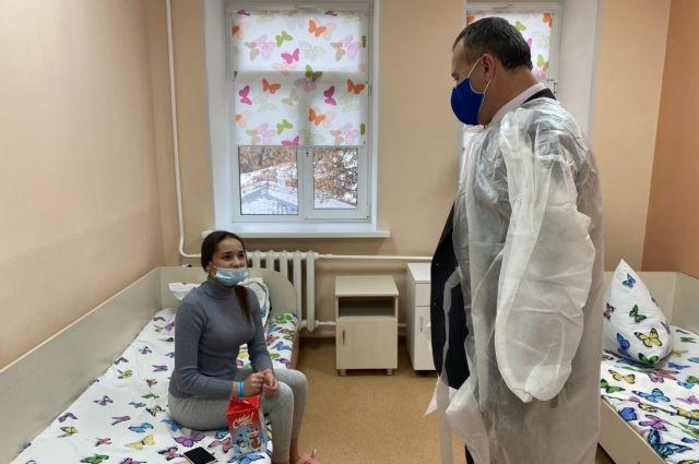 Олег Димов вручил новогодние подарки пациентам детской областной больницы