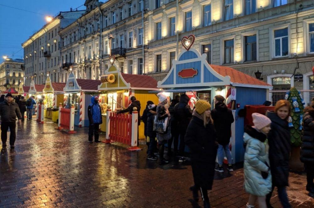 На Манежной установили больше сотни ларьков с сувенирами и едой.