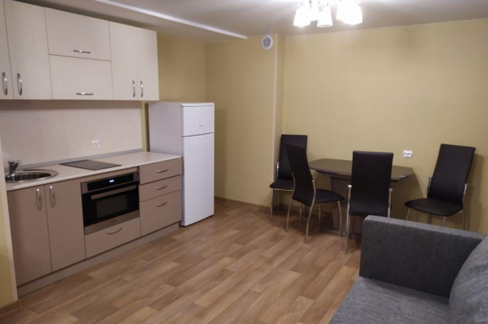 Кухонный гарнитур и столовая зона.