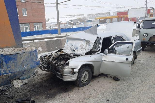 В Кировском районе Новосибирска водитель «Волги» погиб после столкновения со снегоуборочной техникой.