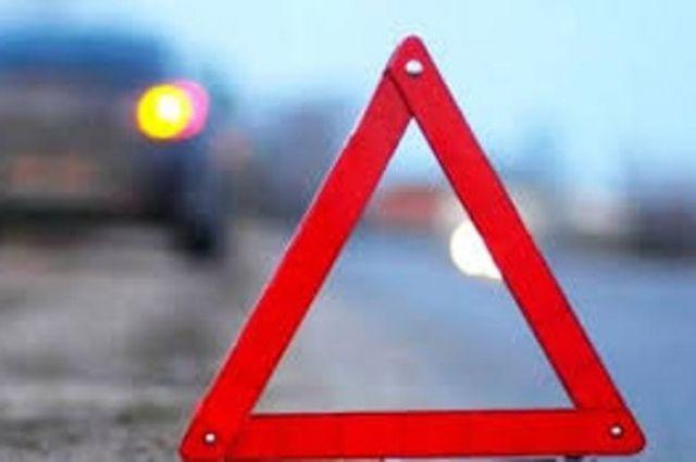 В Харькове автомобиль врезался в дерево: один человек погиб.