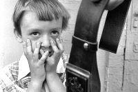 По факту истязания детей возбуждено уголовное дело.