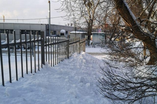 Житель Новосибирска пожаловался на заблокированный тротуар в Октябрьском районе. Чтобы пройти, пешеходам приходится выходить на проезжую часть.