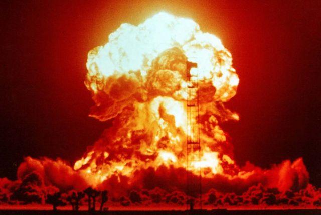 Взрыв однофазной ядерной бомбы мощностью 23 кт. Полигон в Неваде (1953 год).