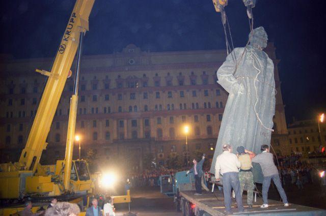 Демонтаж памятника Ф.Э. Дзержинскому.