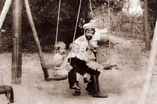 Караулов со своими детьми (после 1907 года).