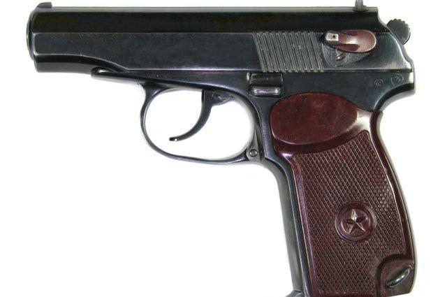 С помощью пистолета Макарова полицейские вымогали деньги.