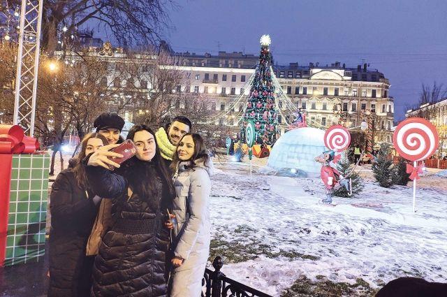 Снег в центре Петербурга нынче редкость, надо успеть с ним сфотографироваться.