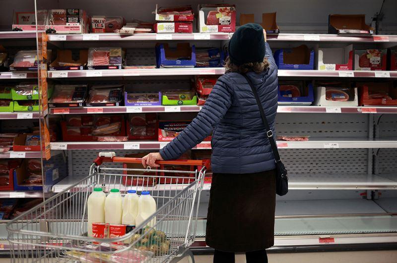Люди делают покупки в магазине Sainsbury's.