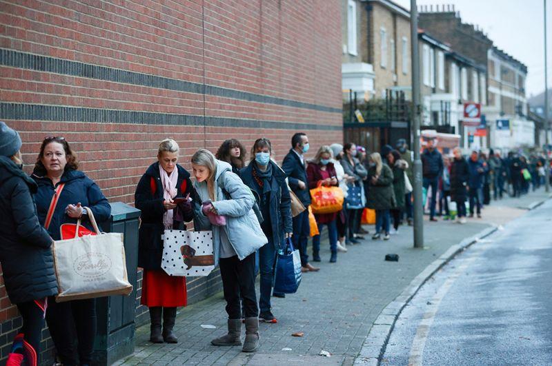 Люди выстраиваются в очередь у супермаркета Waitrose and Partners.