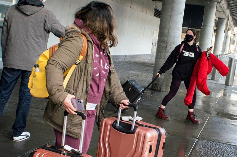 Пассажиры, прибывшие рейсом из Лондона, в аэропорту имени Джона Кеннеди в Нью-Йорке.