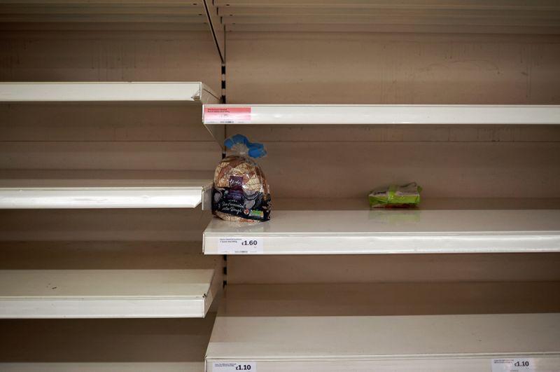 Пустые полки в магазине Sainsbury's.