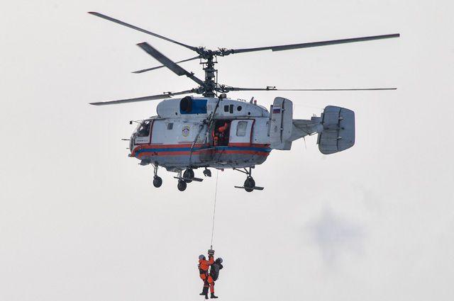 Вертолёт Ка-32 Московского авиационного центра на учениях в поселении Клёновское.
