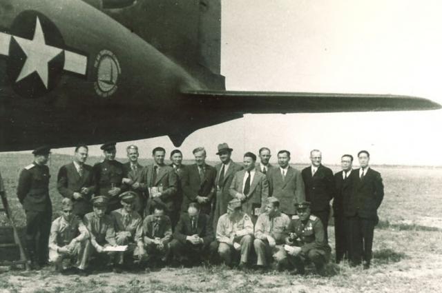 Делегация правительства США во главе с Генри Уоллесом (в центре), американский экипаж и советские сопровождающие.