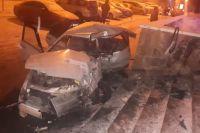 Водитель врезался в лестницу здания по улице Лермонтова.