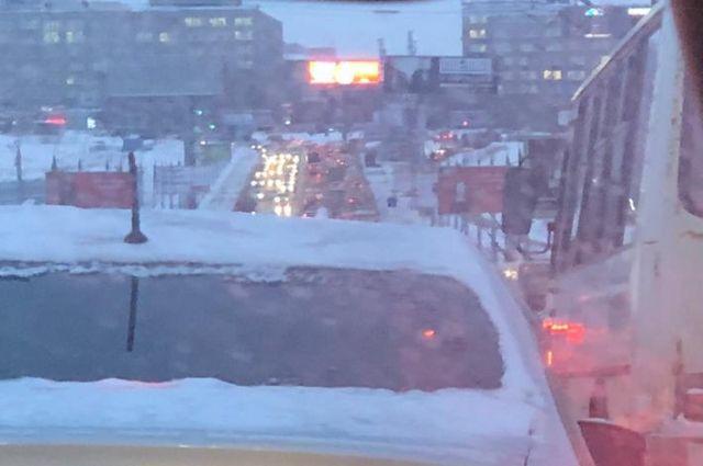 Сегодня, 23 декабря, в Новосибирске образовалась необычная ситуация для дневного времени на дорогах — пробки в 9 баллов , согласно «Яндексу».
