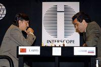1990 год. Советский Союз ещё существует, и Карпов выступает под красным флагом. В матче за звание чемпиона мира он уступает Каспарову, на стороне которого уже красуется бело-сине-красный символ новой России.