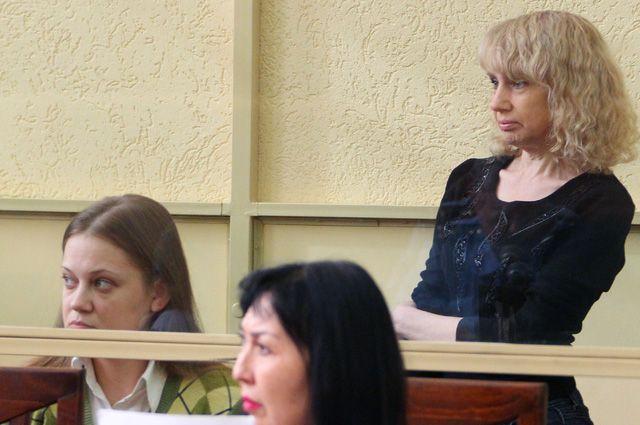 Представшая перед судом Инесса Тарвердиева (справа на втором плане) уверяет, что ей «стыдно и тяжело» вспоминать о кровавых делах...