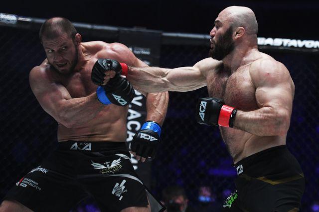 Иван Штырков иМагомед Исмаилов (слева) впоединке на турнире Absolute Championship Akhmat (ACA) 115.