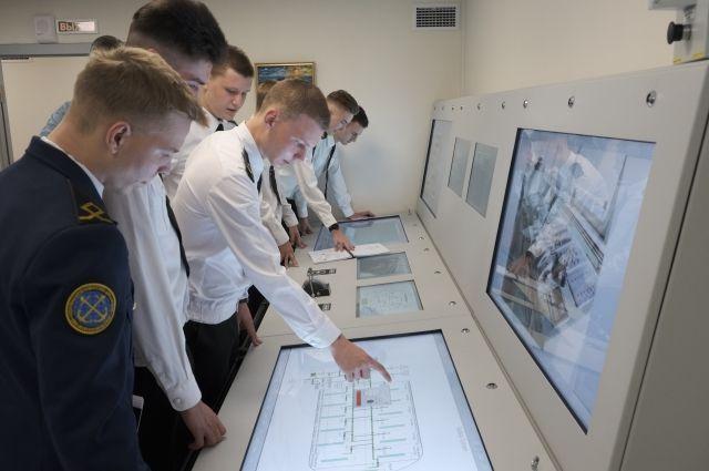 Морскую науку ребята постигают на суперсовременных тренажерах, имитирующих оборудование на судах