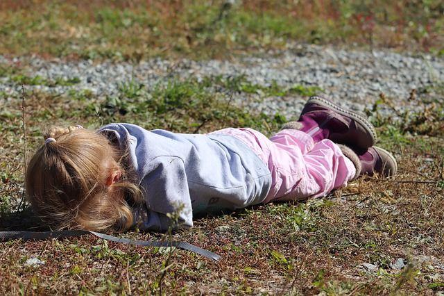 Девочка смогла сбежать от преступника, когда тот уснул.