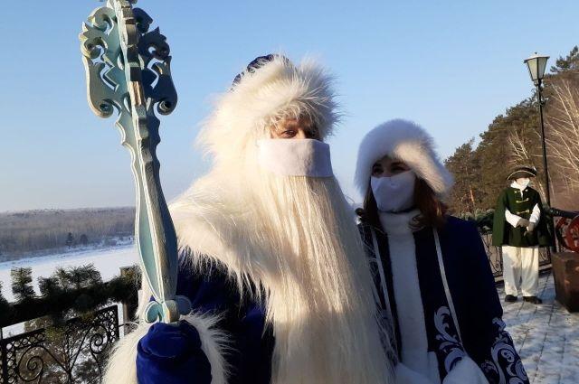 Дед Мороз может поздравить как онлайн, так и вживую. За по- здравление новогодних аниматоров на дому придётся отдать 1-2 тыс. руб.