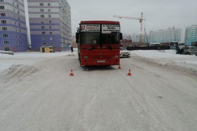 В Кировском районе Новосибирске водитель автобуса сбил мальчика 2009 года рождения.