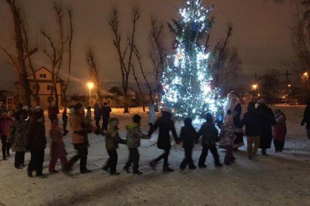 В Тюмени в районе Старой Зареки открыли елку в стиле TikTok