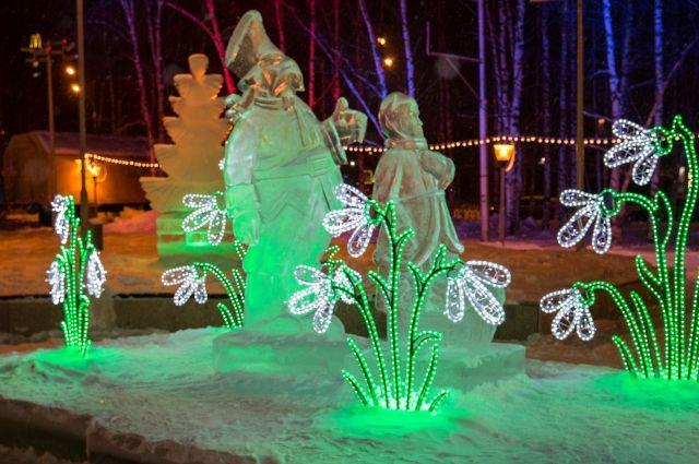 В Нижневартовске дворы домов украшают снежными фигурами сказочных персонажей