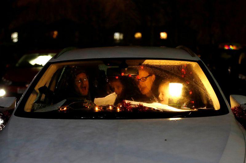 Люди на праздничной службе в автомобилях в Милтон-Кейнсе, Великобритания.
