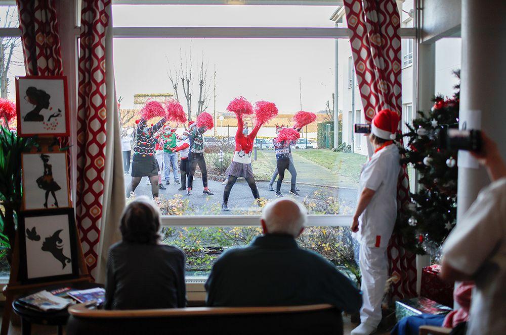 Рождественская вечеринка в доме престарелых в Мессе недалеко от Парижа, Франция.
