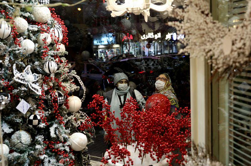 Витрина рождественского магазина в Тегеране, Иран.