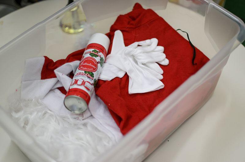 Набор для Деда Мороза: костюм и дезинфицирующий спрей.