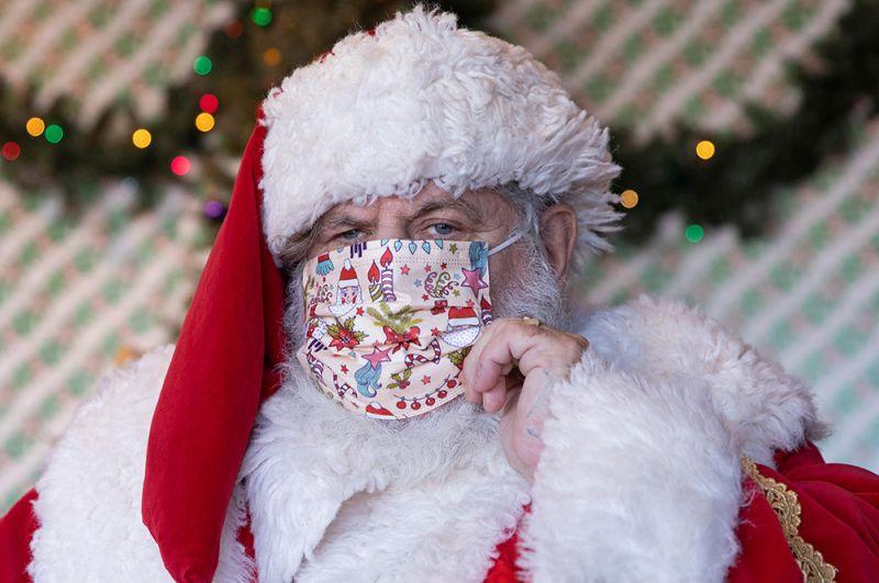 Санта-Клаус в медицинской маске.