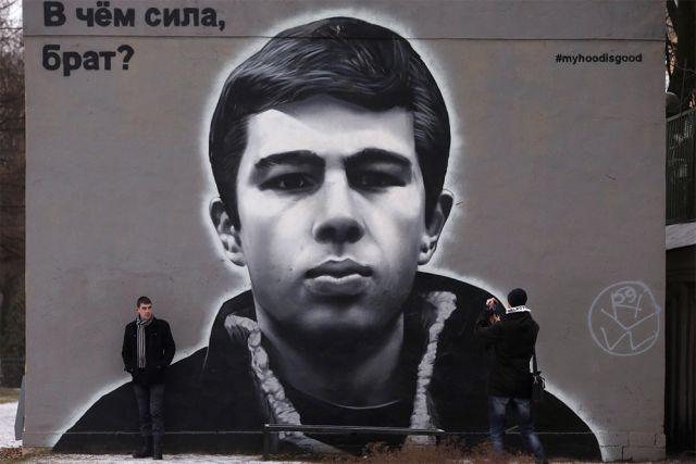 Настенная живопись с изображением актера и режиссера Сергея Бодрова в Центральном районе Санкт-Петербурга.
