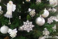 Чтобы выдержать новогоднюю ёлку в одном стиле, нужно приложить усилия.